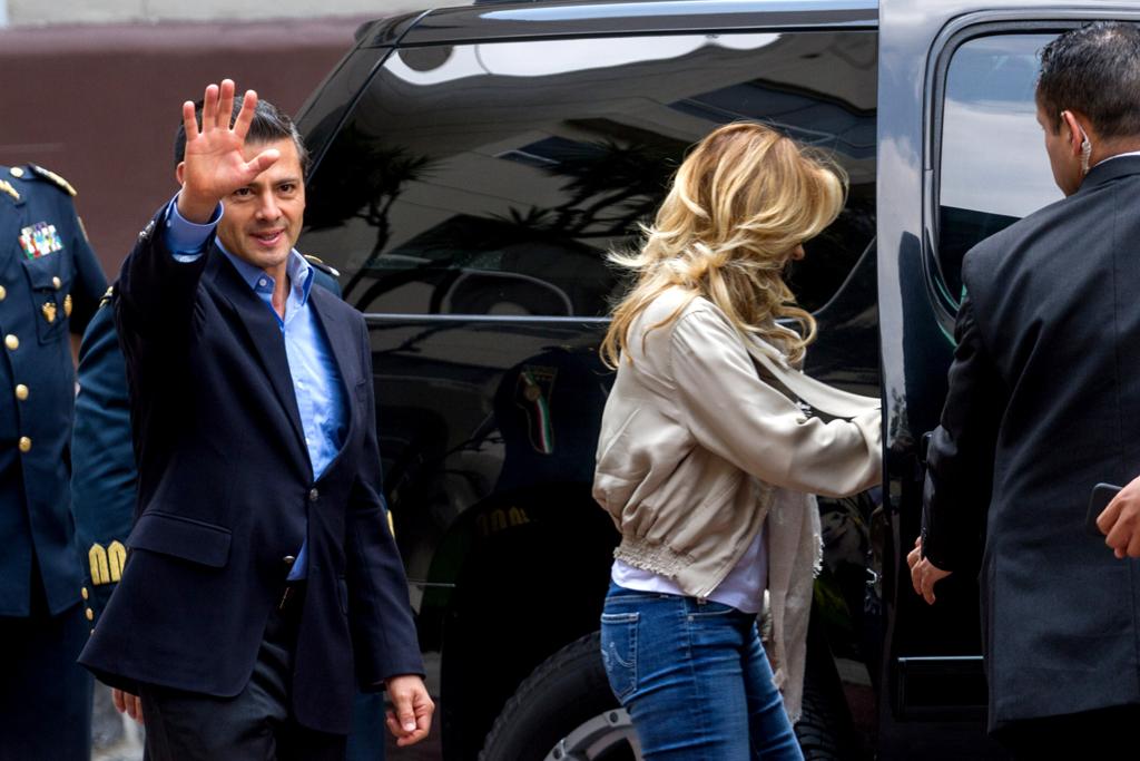 MÉXICO, D.F., 28JUNIO15.- Enrique Peña Nieto, presidente de México, fue dado de alta del Hospital Militar, luego de que fuera intervenido de la vesícula. En la imagen, con su esposa Angélica Rivera. FOTO: ISAAC ESQUIVEL / CUARTOSCURO.COM