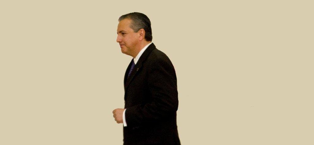 MÉXICO, D.F., 25JULIO2011.- Heriberto Félix Guerra, secretario de Desarrollo Social camina hacia el estrado durante la ceremonia oficial de la entrega del reconocimiento