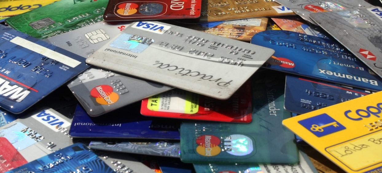 Deudores de tarjetas de credito incineraron algunas en el zocalo de Veracruz en protesta por las altas comisiones que cobran IMAGEN FOTO/ Horacio Zamora LUGAR/ Veracruz FECHA/ 12 de Marzo 2009