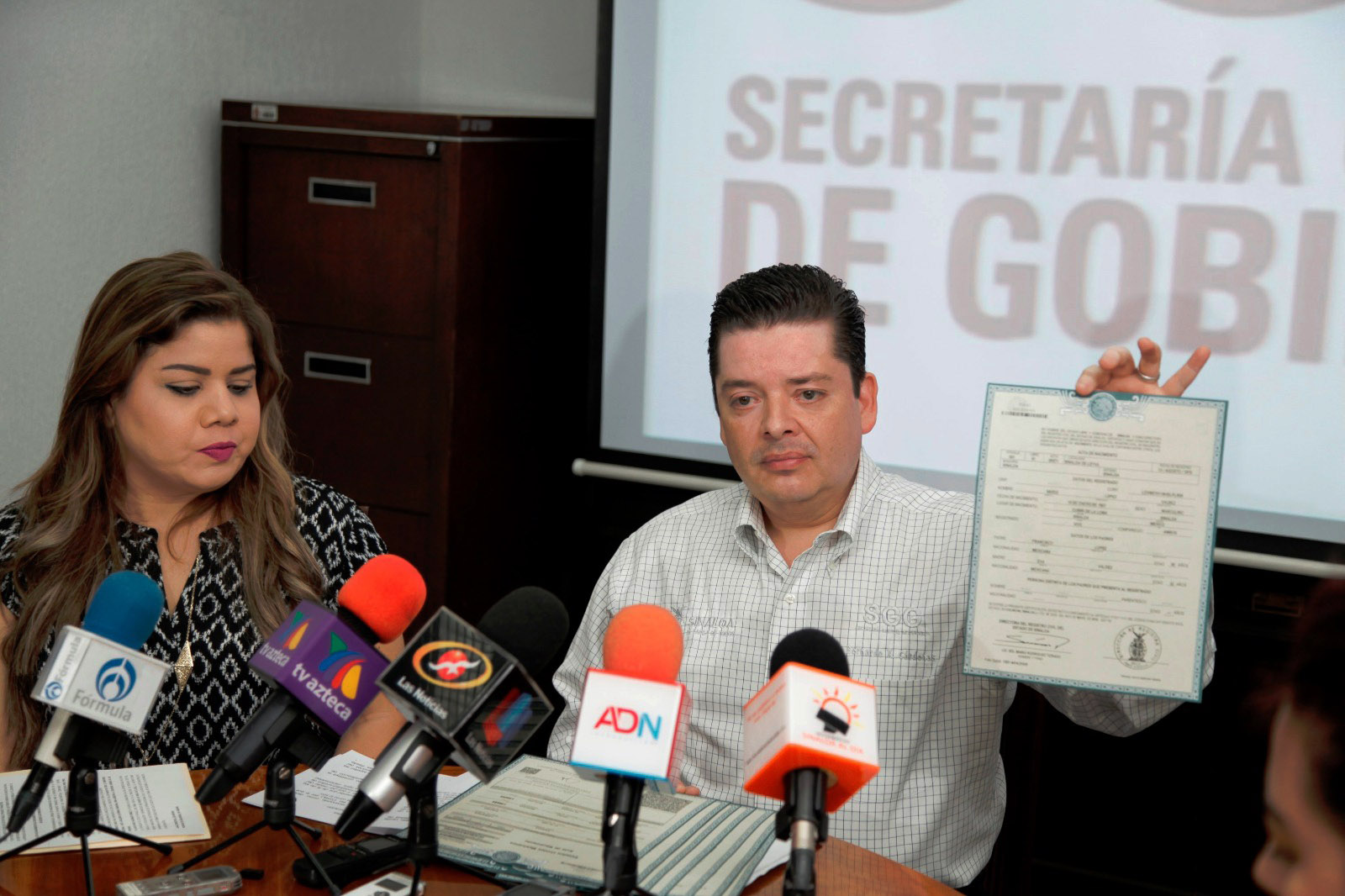 Bernardo Cárdenas, de Normatividad del Gobierno local, muestra el nuevo formato de actas homologadas.