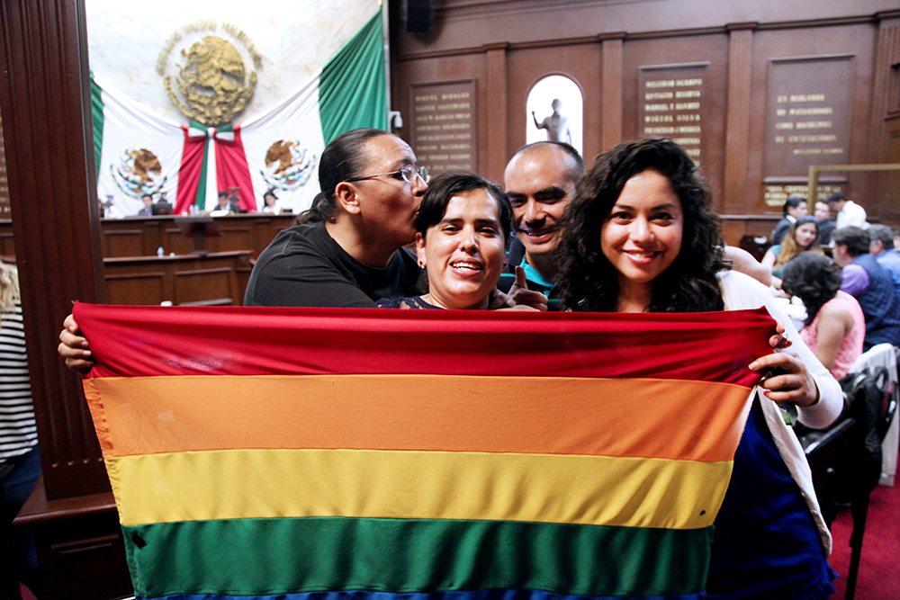 MORELIA, MICHOACÁN, 18MAYO2016.- Aprueba Congreso del Estado matrimonios igualitarios. Con 27 votos a favor, 8 abstenciones; los 7 legisladores de la bancada del PAN se abstuvieron de emitir su voto ya que dicha ley va en contra de su doctrina política ideológica. FOTO: ALAN ORTEGA /CUARTOSCURO.COM