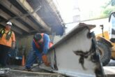 Trabajadores del Ayuntamiento reemplazan viga de acero en puente hidalgo en el centro de Culiacán.