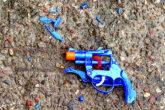 arma de juguete destruida